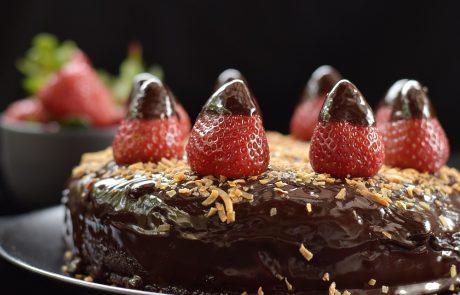 עוגת שוקולד ותותים חלומית