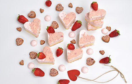 מוס תותים על בסיס עוגת שוקולד לבן