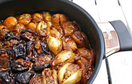 פירות יבשים ובצלים ממולאים בשר בנגיעות שומן כבש
