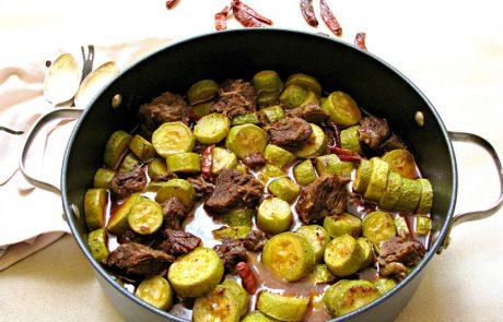 תבשיל פיקנטי של קישואים עם בשר
