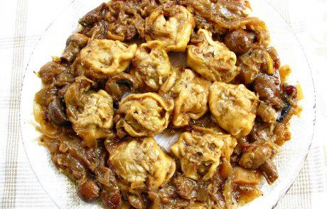 דושפרה (טורטליני) בשר בנגיעות שומן כבש, המון בצל, חמוציות ופטריות