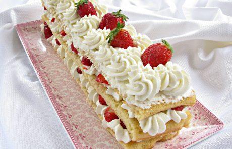 עוגת שכבות עם קצפת ותותים