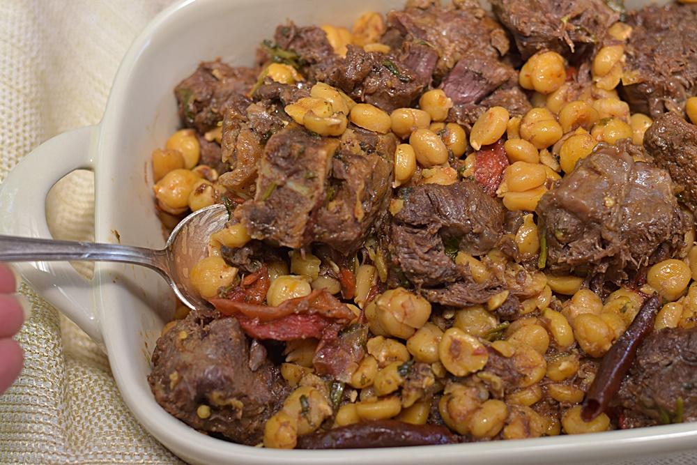 תבשיל בשר וחומוס פיקנטי
