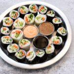 סושי טבעוני שמכינים עם דפי אורז