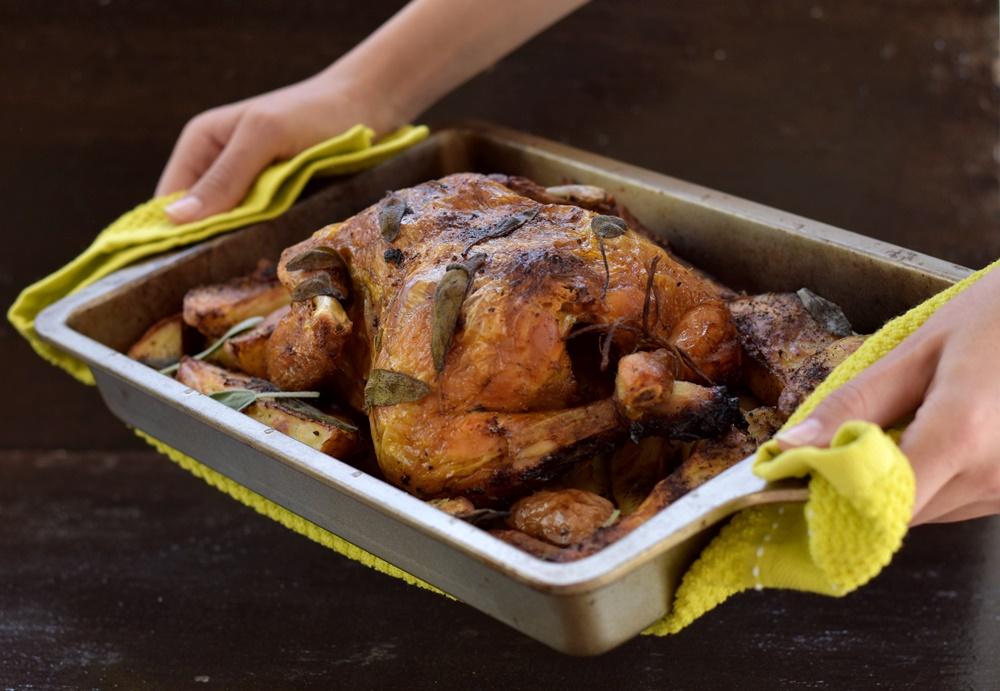 עוף במיונז צלוי בתנור בתוספת תפוחי אדמה