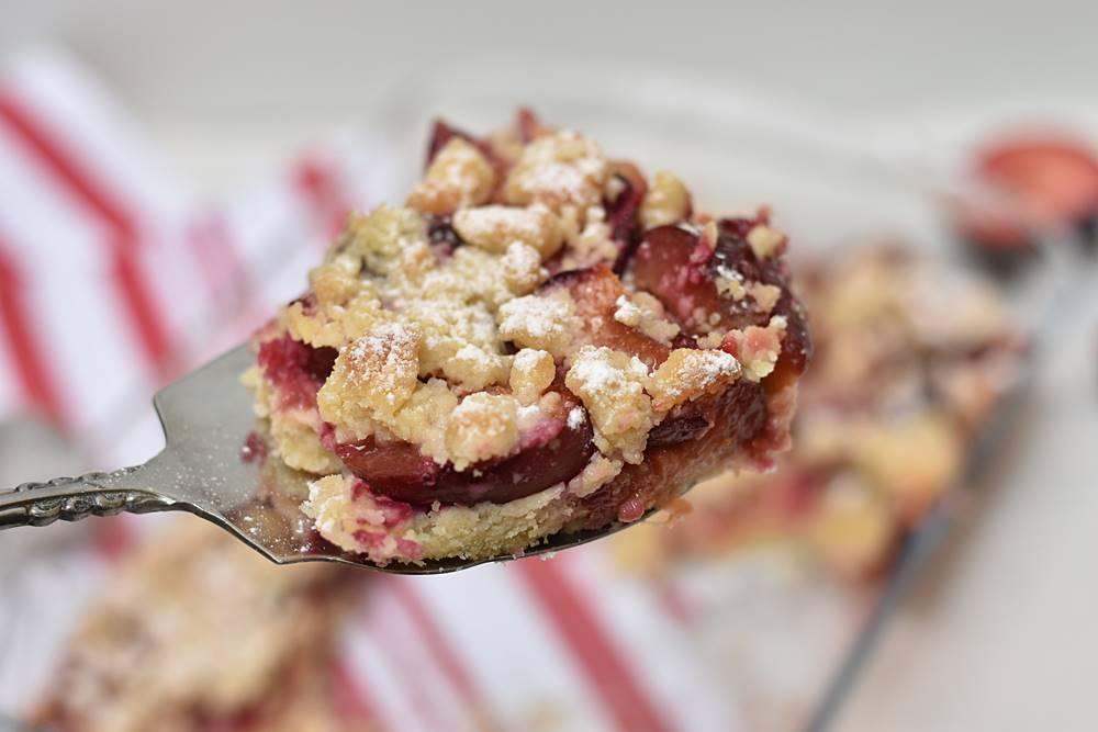 עוגת שזיפים ופירורי שקדים קלה להכנה