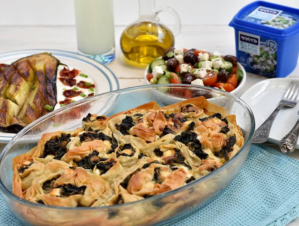 מאפה גבינות ותרד יווני או כמו שהיוונים קוראים לו - ספנקופיטה. בצק פילו קראנצ'י עם מלית גבינות רכה זה הביס המושלם!