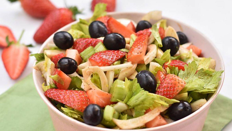 סלט שומר, סלרי, תותים וענבים שחורים