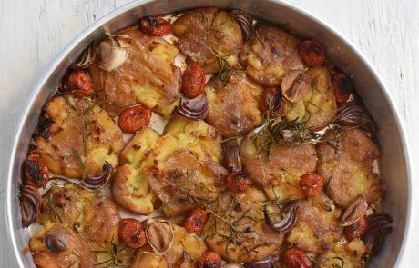 תפוחי אדמה, עגבניות שרי ובצל סגול בתנור
