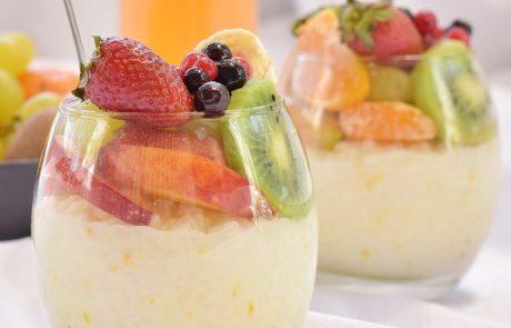 פודינג אורז ופירות העונה – פרווה וגם טבעוני