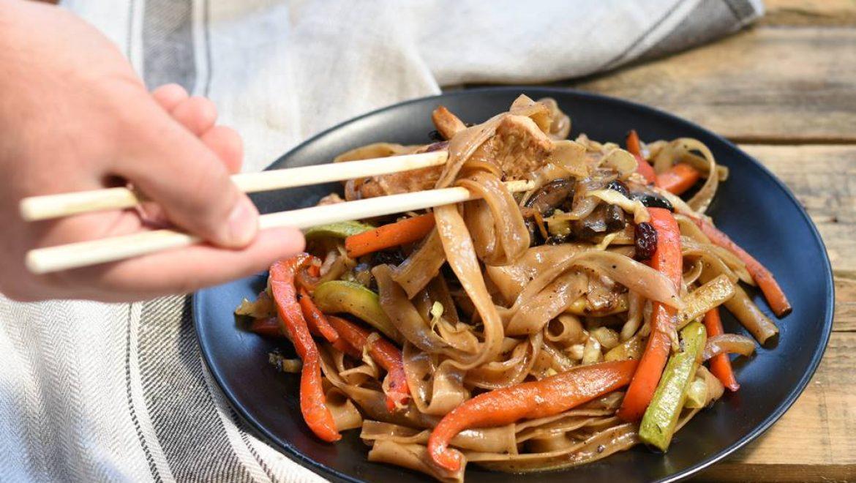 מוקפץ עם חזה עוף, ירקות ואטריות אורז