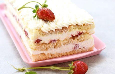 עוגת שכבות מהירת הכנה עם קצפת מסקרפונה ותותים