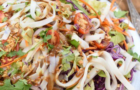 סלט אסיאתי – ירקות ומקלוני אורז ברוטב חמאת בוטנים