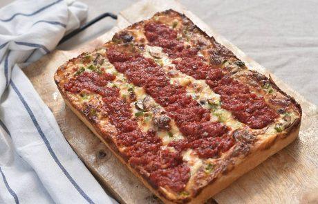 פיצה של נוביק בסגנון דטרוייט