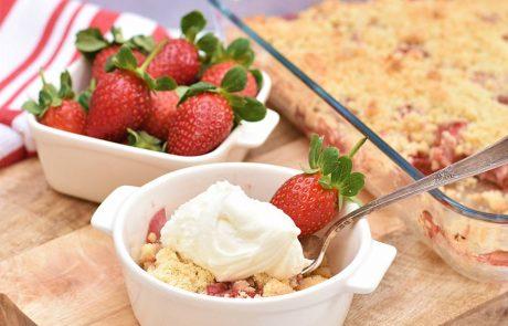 עוגת תותים ושטרוייזל שקדים
