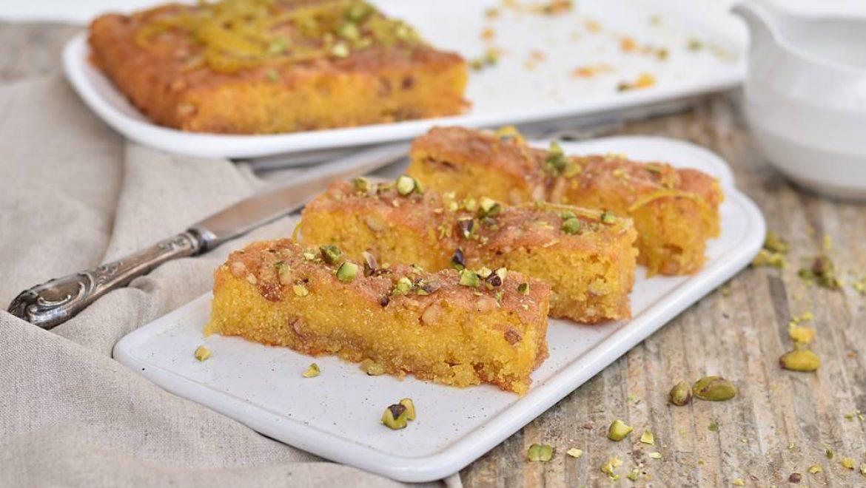 עוגת פולנטה מתוקה עם שקדים וצימוקים (פרווה)