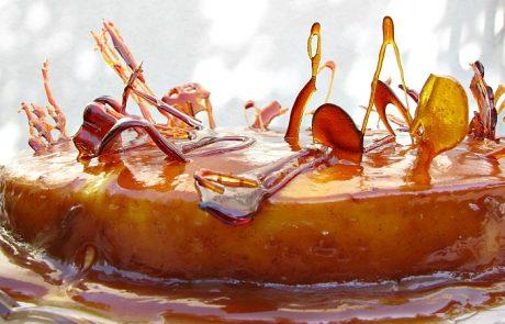 עוגת גבינה אפויה עם רוטב טופי ותסרוקת פרועה של קישוטי סוכר