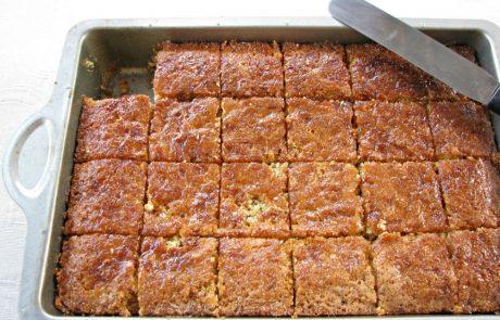 ספרה – עוגת סולת מדובשת  עם שקדים וצימוקים