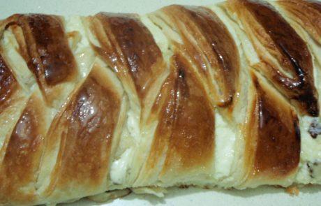 בצק שמרים דפוף(עלים) במלית גבינה וצימוקים